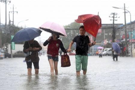7月20日北京暴雨。图为北京行人。(STR/AFP/Getty Images)