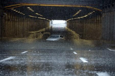 7月20日,北京的一辆汽车被洪水淹没。(STR/AFP/Getty Images)
