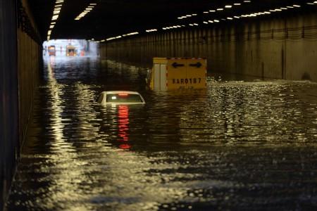 7月20日北京暴雨。图为汽车被洪水淹没。(STR/AFP/Getty Images)
