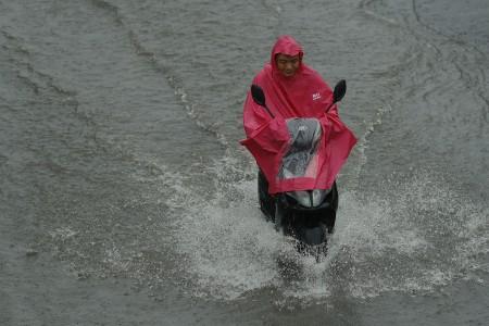7月20日北京街頭的騎車的路人。(Lintao Zhang/Getty Images)