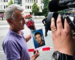 7月23日,慕尼黑漸漸恢復了正常。圖為一位受難者的父親捧著兒子的照片。( Joerg Koch/Getty Images)