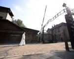 7月29日,教宗方濟各從奧斯威辛集中營大門走過,門上有臭名昭著的「勞動帶來自由」題字。(FILIPPO MONTEFORTE/AFP/Getty Images)