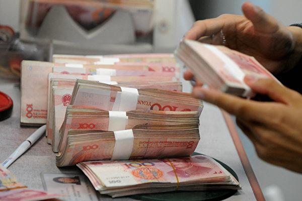 人民幣10月1日正式納入國際貨幣基金(IMF)特別提款權(SDR)貨幣籃子,分析認為,從目前的情況看,人民幣是否真的可自由使用,並不樂觀。(MARK RALSTON/AFP/Getty Images)