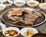 Gaboja Korean BBQ的圓形烤盤,還有多樣小菜。(蔣凱/大紀元)