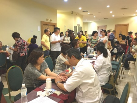 聯辦單位馬來西亞中醫師暨針灸聯合總會義診團隊為民眾提供服務。(張建浩/大紀元)