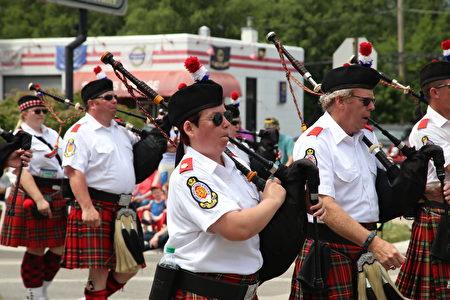 参加游行的苏格兰风笛队伍。(王松林/大纪元)