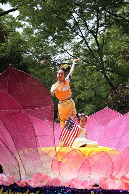 莲花花车上的仙女摆出优美的舞姿。(王松林/大纪元)