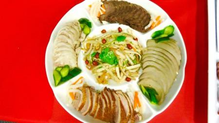 业者带来餐厅招牌菜以飨来宾。(袁玫/大纪元)