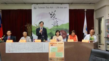 洛僑中心主任翁桂堂表示,這是一個非常有格調的茶敘,又能品茗臺灣好茶,將美好的生活情趣表現。(袁玫/大紀元)