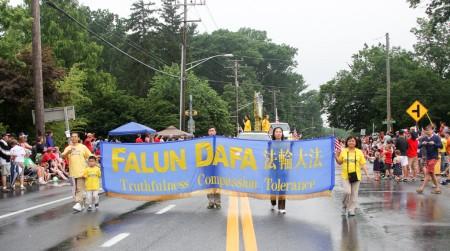 7月4日是美国独立日,华盛顿地区部分法轮功学员参加了在特区及周边几个城市举行的节日游行,受到观众的欢迎。(薛斌/大纪元)