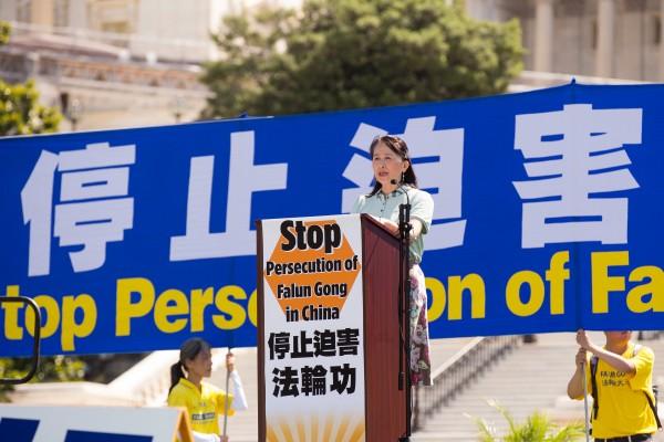 2016年7月14日,法轮功学员在华盛顿DC举行反迫害、九评退党集会。全球退党服务中心易蓉女士在集会上发言。(戴兵/大纪元)