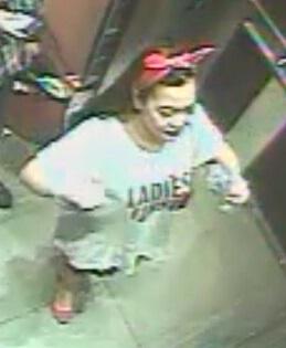 警方认为留黑色披肩发、戴粉色发夹的亚裔女子可能知道李女士的下落。(约克区警方提供)