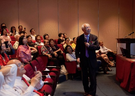 胡乃文醫師向民眾講述中醫養生的道理,並教導民眾幾個對日常養生很有用的穴道按壓。(黃樹聰/大紀元)