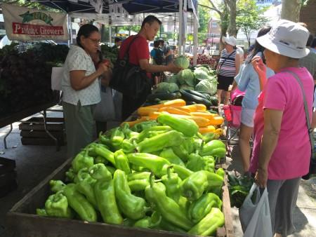 綠色市場上供應的新鮮果蔬。