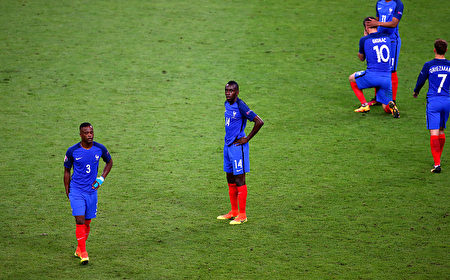 PARIS, FRANCE - JULY 10: Blaise Matuidi (C) and France players show their dejection after their team's 0-1 defeat in the UEFA EURO 2016 Final match between Portugal and France at Stade de France on July 10, 2016 in Paris, France. (Photo by Alex Livesey/Getty Images)