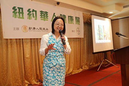 Dr.Jennifer Wu主講大腸癌的症狀、這段、篩查、治療和預防。(圖 大紀元)