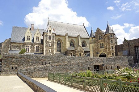 从南部城墙上俯瞰,从左至右依次为:王室寓所(Le logis royal)、礼拜堂(la chapelle)、小城堡(le châtelet)和《启示录》壁毯画廊。(维基百科公共领域)