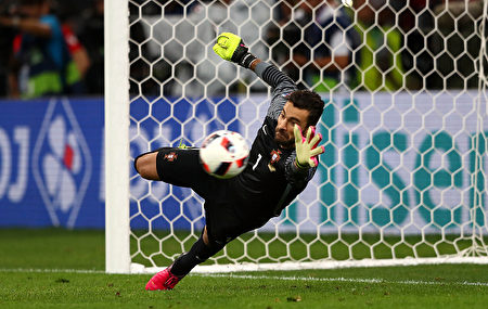 MARSEILLE, FRANCE - JUNE 30: Rui Patricio of Portugal saves a penalty by Jakub Blaszczykowski of Poland at the penalty shootout during the UEFA EURO 2016 quarter final match between Poland and Portugal at Stade Velodrome on June 30, 2016 in Marseille, France. (Photo by Lars Baron/Getty Images)