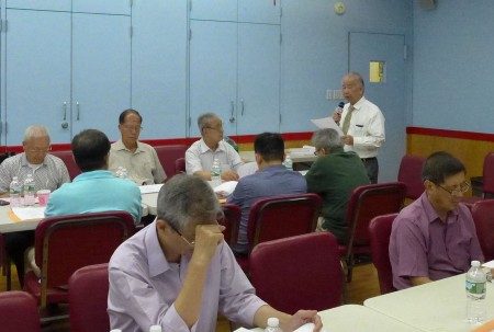 中华公所28日晚召开常务会议及常务校董会,侨校校长黄炯常报告校务。