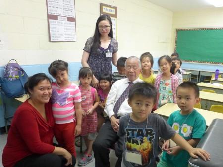 黃炯常校長和幼稚園班的學生、家長及老師。