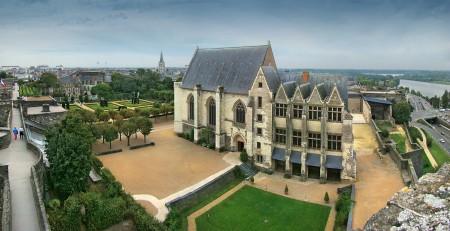 从城堡的最高处风车塔(Tour du Moulin)看内部,可见礼拜堂(la chapelle)和王室寓所(le logis royal)的全景。(维基百科公共领域)