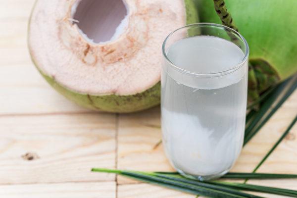 椰子水生津止渴润喉去燥,使人清爽舒适,更有美容作用。(Shutterstock)