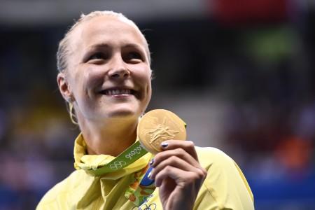 瑞典選手莎拉.捨斯特倫(Sarah Sjostrom)在女子100米蝶泳中以55秒48成績改寫世界紀錄,為瑞典拿下了里約奧運首面金牌。(AFP PHOTO / Martin BUREAU)