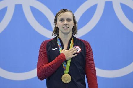 19歲美國女將雷德基(Katie Ledecky)以3分56秒46刷新400公尺自由式奪金,比自己先前紀錄快了將近兩秒。( AFP PHOTO / CHRISTOPHE SIMON)