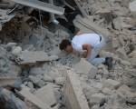 意大利中部24日發生芮氏6.2強震,目前死亡人數已經上升至21人。地震災情導致多座古城小鎮嚴重災情受損,阿馬特里切鎮四分之三被摧毀。(AFP PHOTO / FILIPPO MONTEFORTE)