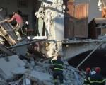 8月27日,救援人員在阿馬特里切鎮附近的村莊搜救。(AFP PHOTO/ ANDREAS SOLARO)