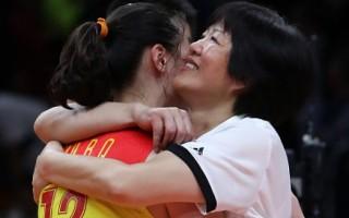 在本次里約奧運會上,主教練郎平帶領中國女排獲得奧運金牌後,與隊員擁抱。 (Photo by Buda Mendes/Getty Images)