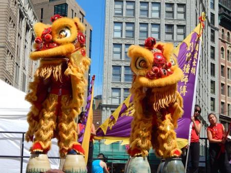 巾帼女子醒狮团双狮表演高难度的踩花盆。(杨天仪/大纪元)
