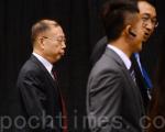 2016年8越22日国际器官移植大会于香港湾仔会议展览中举行颁奖礼。图为中国器官移植发展基金理事长黄洁夫(左)在保安保护下进场。(宋祥龙/大纪元)