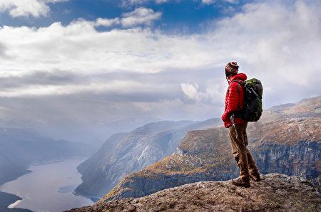 人在山中,挪威(fotolia)