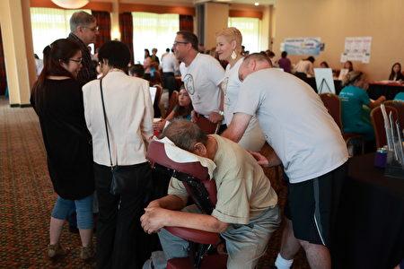 參加西雅圖華人健康展的Jubis脊椎矯正公司為民眾按摩。(舜華/大紀元)
