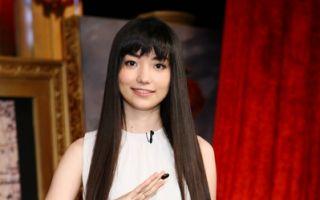 台湾知名围棋美女黑嘉嘉上节目接受主持人李四端的访谈,分享成功经验。(公视提供)