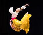 """新唐人第七届""""全世界中国古典舞大赛""""8月1日在台北举行,图为少年女子组参赛选手谢乔琪表演。(陈柏州/大纪元)"""