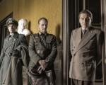 電影《攻占羅浮宮》中,賈克‧喬札(右)為取信納粹軍官梅特涅(中)不得不扮演「雙面間諜」。(海鵬提供)