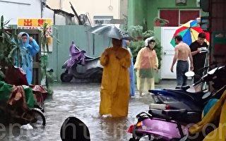 瞬間暴雨襲高市 苓雅區洩水不及多處淹水疊沙包