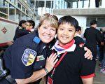 圖:達拉斯捷運警局的警官熱情地與原聲合唱團的團員合影。(台灣原聲教育協會提供)