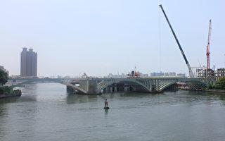 輕軌跨越愛河 完成橋面高架鋼樑合攏