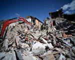 意大利中部24日發生芮氏6.2強震,導致多座古城小鎮嚴重受損。圖為重災區阿馬特里切鎮許多建物嚴重受損。(FILIPPO MONTEFORTE/AFP/Getty Images)