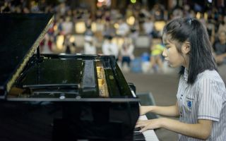 電影《琴鍵上的奇蹟》講述「盲眼莫札特」柳藝恩為音樂夢想奮鬥不懈的故事,首映感動10萬人。(海鵬提供)