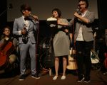 罗文裕(左)开客语演唱会,提前为爱妻张平(中)庆生,气氛甜蜜温馨。(上行娱乐提供)