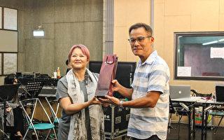 """""""娃娃""""金智娟在练团室与担任特别来宾的罗大佑彩排,并致赠红酒给罗大佑。(左右音乐提供)"""