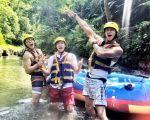 何潤東(右)的告別單身之旅,白天就是去泛舟,玩水上運動,搞到大夥筋疲力盡。(達騰提供)