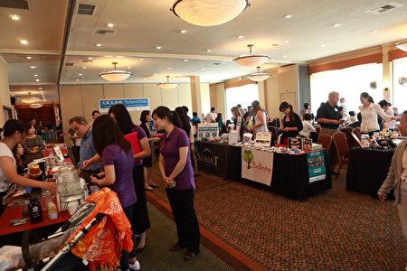 參加西雅圖華人健康展的健康飲水機公司為民眾介紹他們的產品。(舜華/大紀元)