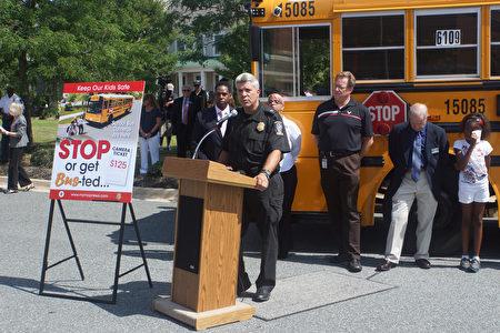 蒙郡警察局交通队队长汤姆·迪登(Tom Didone)提醒司机,当看到前方校车停车并打开停车标志时,校车后方和对面行驶的司机应立即停车,等到停车标志及提示灯关闭后才可前行。(林乐予/大纪元)