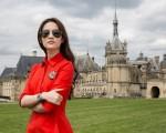 在充满法国浪漫气息的尚蒂伊城堡的衬托下,刘亦菲展现了自信、美丽的青春气质。(TISSOT天梭表)