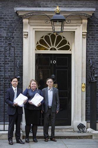 二零一六年八月二十二日下午,英國法輪大法協會和DAFOH代表在唐寧街10號首相府遞交請願信以及英國民眾反中共活摘征簽表(明慧網)